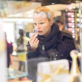 Krásná žena, nakupování v obchodě krásu