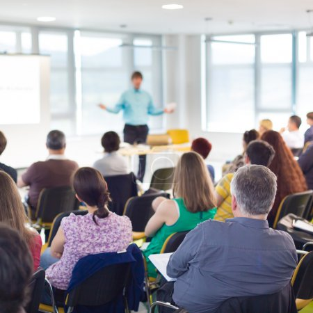 Photo pour Conférenciers Donner une conférence lors d'une réunion d'affaires. Public dans la salle de conférence. Concept d'entreprise et d'entrepreneuriat . - image libre de droit