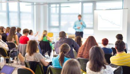 Photo pour Haut-parleurs, donne une conférence à la réunion d'affaires. Public dans la salle de conférence. Concept de l'entreprise et l'Entrepreneurship. - image libre de droit