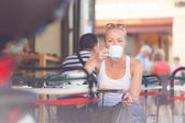 Žena, pití kávy venkovní na ulici