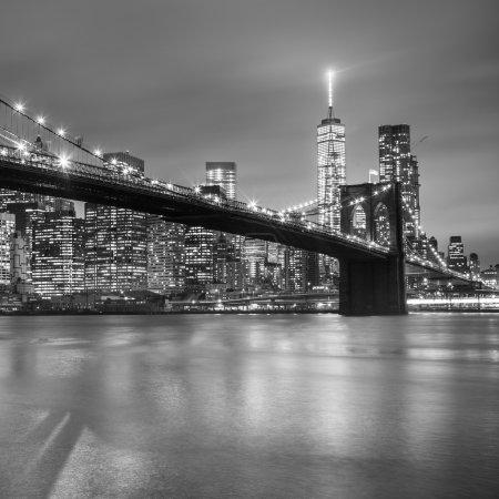 Photo pour Pont de Brooklyn et Manhattan New York City skyline du centre au crépuscule avec des gratte-ciel illuminé sur East River panorama. Copiez l'espace. Image noir et blanc. Image carrée. - image libre de droit