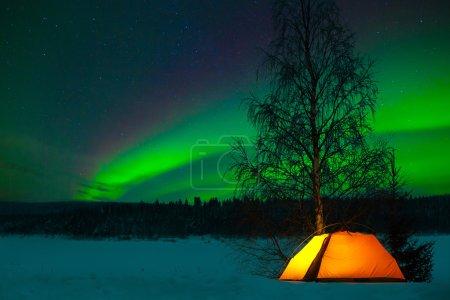 Photo pour Camping dans le Nord avec l'aurores boréales surcharge - aurora borealis - image libre de droit