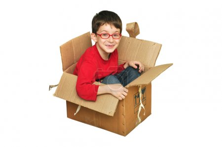 Photo pour Jeunes enfants heureux assis dans une boîte en carton - image libre de droit