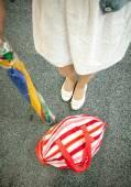 Foto ženské nohy, slunečník a pláže taška