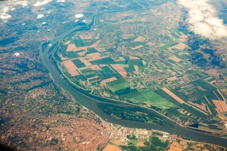 Photo pour Vue aérienne de l'avion sur le sol avec des champs, des forêts et des rivières - image libre de droit
