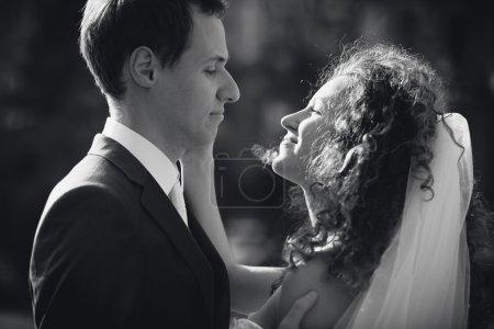 Foto de Black and white closeup portrait of happy bride and groom looking at each other - Imagen libre de derechos