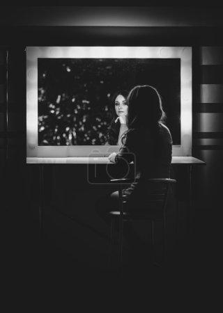 Foto de Retrato en blanco y negro de mujer elegante posando en vestidor en el espejo - Imagen libre de derechos