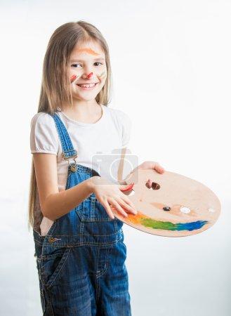 Photo pour Portrait isolé d'artiste fille mignonne avec le visage dans la peinture - image libre de droit