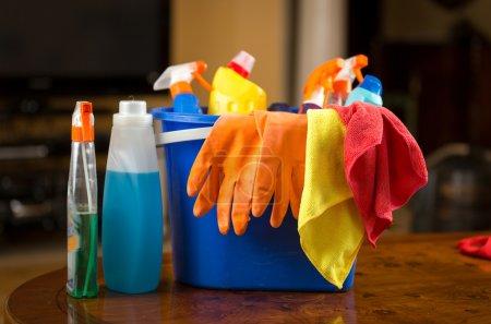 Photo pour Photo rapprochée de produits chimiques de nettoyage, gants et chiffons couchés dans un seau en plastique - image libre de droit