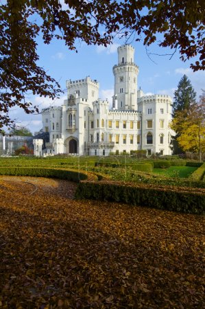 Foto de Castillo neogótico hluboka nad vltavou. construido en el siglo XIII y ha sufrido varias remodelaciones hasta ahora parece que es uno de los castillos más visitados en la República Checa. República Checa - Imagen libre de derechos
