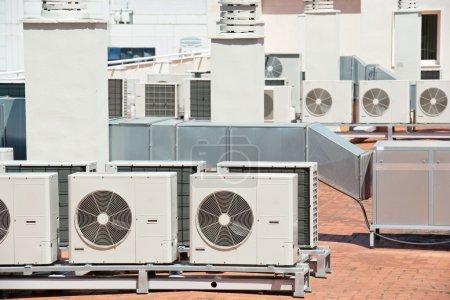 Photo pour Découvre sur le toit d'un immeuble d'un équipement de climatisation grand - image libre de droit