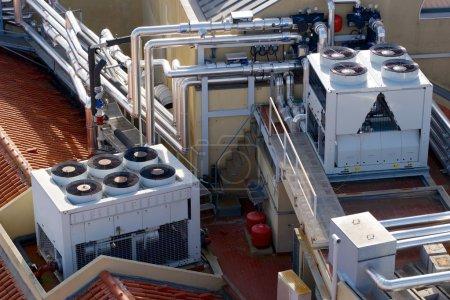 Photo pour Vue d'un énorme groupe de climatisation sur le toit. - image libre de droit