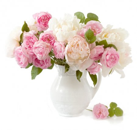 Photo pour Riche bouquet de pivoines et de roses de thé dans un vase isolé sur blanc - image libre de droit