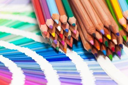 Photo pour Crayons de couleur et nuancier de toutes les couleurs - image libre de droit