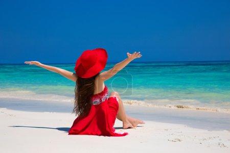 Photo pour Belle femme dans le chapeau appréciant et détendant sur la plage avec le sable blanc en été par l'eau bleue tropicale. Bliss freedom beach concept. Bonne vie. vacances. - image libre de droit