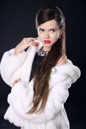 Fashion elegant woman in fur coat, Beautiful Brunette with red l