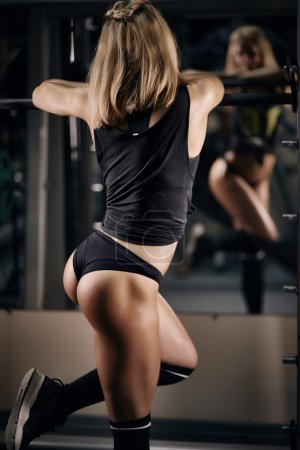 Fitness blond in gym