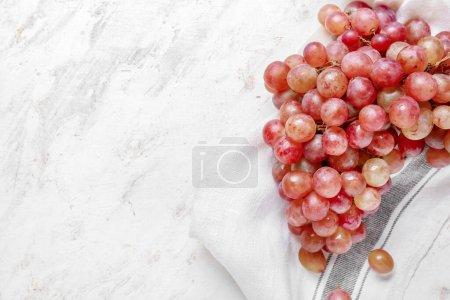 Photo pour Raisins mûrs sucrés sur fond clair - image libre de droit