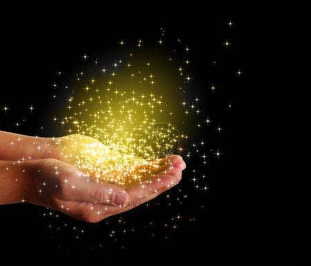 Photo pour Étoiles et magie dans vos mains - image libre de droit