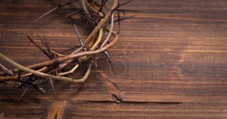 Photo pour Une couronne sur les épines, un symbole religieux sur un fond en bois - fond de Pâques - image libre de droit