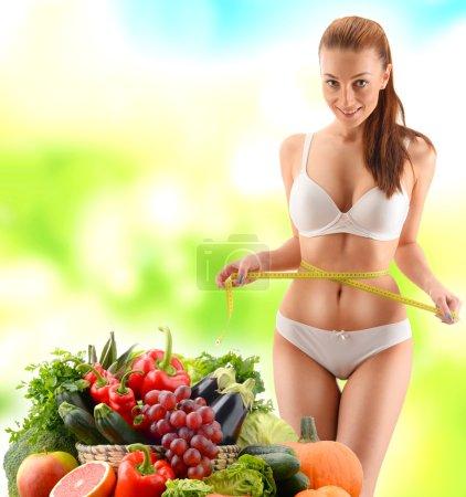 Photo pour Régime. Alimentation équilibrée à base de légumes et fruits biologiques crus - image libre de droit