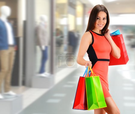 Photo pour Jeune femme avec des sacs dans le centre commercial - image libre de droit