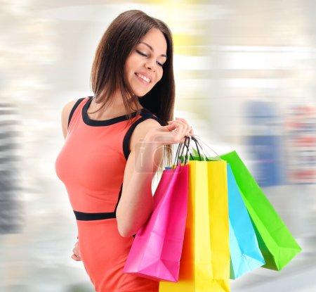 Photo pour Jeune femme avec des sacs au centre commercial - image libre de droit