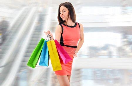 Photo pour Jeune femme avec des sacs dans un centre commercial. - image libre de droit