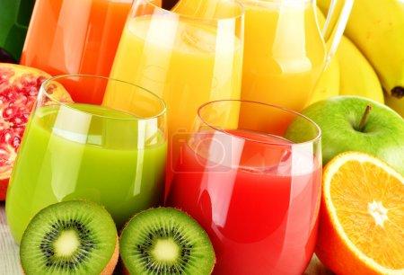 Photo pour Composition avec verres de jus de fruits variés. Régime de désintoxication - image libre de droit