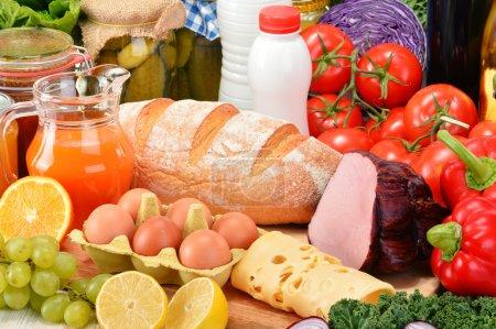Photo pour Composition avec une variété de produits d'épicerie. - image libre de droit