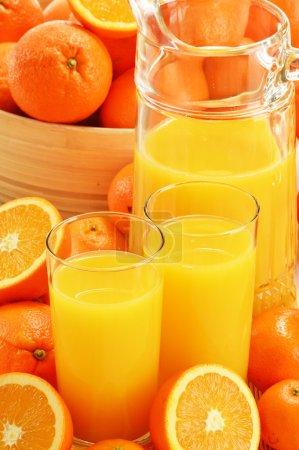 Photo pour Composition avec des verres de jus d'orange et de fruits - image libre de droit