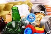 Recyklovatelný odpad sestávající ze skla, plastu, kovu a papíru