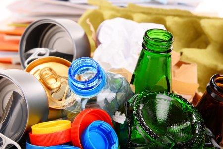 Photo pour Déchets recyclables constitués de verre, plastique, métal et papier isolés sur fond blanc - image libre de droit