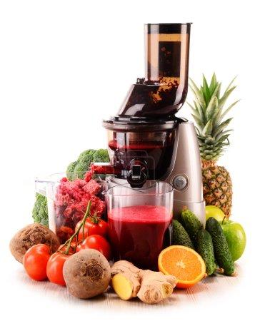 Foto de Juicer lento con frutas y verduras aislados en blanco. Dieta de desintoxicación - Imagen libre de derechos