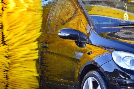 Photo pour Voiture en passant par une machine automatique de lavage de voiture. - image libre de droit