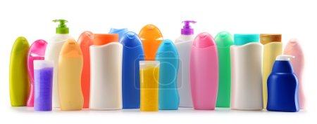 Photo pour Bouteilles en plastique de produits de beauté et soins du corps isolés sur blanc - image libre de droit