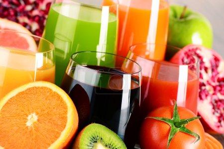 Photo pour Verres de jus de fruits et de légumes biologiques frais. Régime détox. - image libre de droit