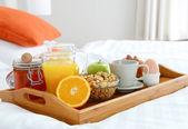 Snídaně v posteli v hotelovém pokoji