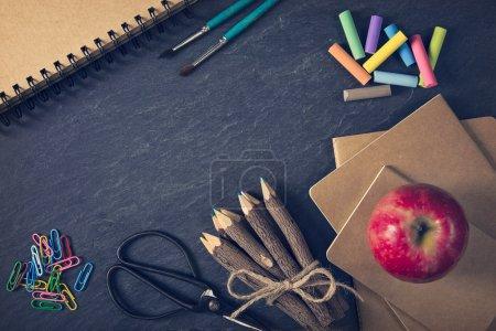 Photo pour Fournitures scolaires sur fond noir - image libre de droit