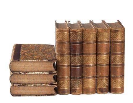Photo pour Pile de livres anciens isolés sur un fond blanc - image libre de droit