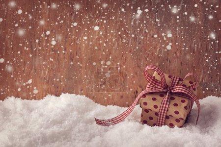 Photo pour Coffret cadeau rouge sur neige - image libre de droit