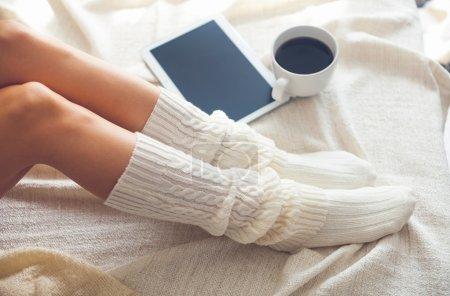 Foto de Foto suave de la mujer en la cama con tableta y taza de café, top Mirador - Imagen libre de derechos