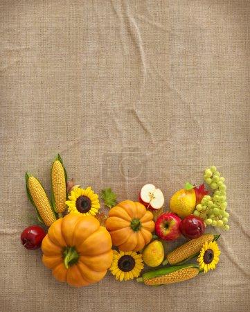 Photo pour Automne Thanksgiving composition fruits et légumes sur toile de fond. Illustration inhabituelle du jour de l'Action de grâce. Vue du dessus - image libre de droit