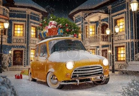 Photo pour Incroyable voiture rétro drôle avec arbre de Noël et boîtes-cadeaux sur le toit dans la ville mignonne la nuit. Illustration inhabituelle de Noël - image libre de droit
