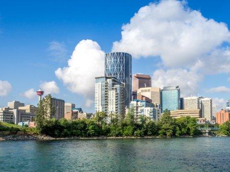 Photo pour Skyline de Calgary avec rivière Bow et pont de la rue Centre . - image libre de droit