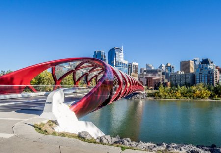 Photo pour Panorama du pont Peace le 21 septembre 2014 à Calgary, Alberta Canada. La passerelle piétonne enjambe la rivière Bow - image libre de droit