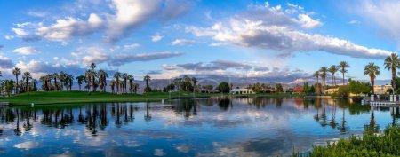 Maisons de luxe le long d'un parcours de golf de Palm Desert en Californie