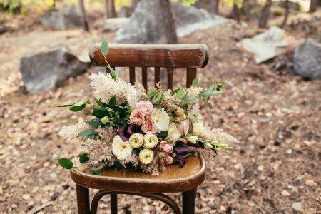 Hochzeit. Frischvermählte. Brautstrauß. der Bräutigam im Anzug und die Braut mit einem Strauß rosa Blumen und Grün