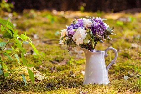 Photo pour Bouquet de mariage avec pivoine et hortensia dans un vase - image libre de droit