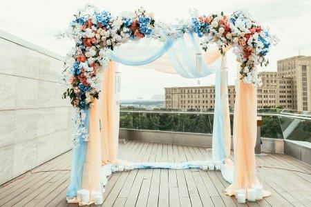 Photo pour Arc de mariage avec des fleurs disposées en ville pour une cérémonie de mariage - image libre de droit